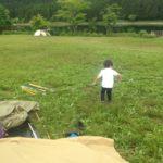夫がテント設営をしている間、妻と子供は何をしているのか?